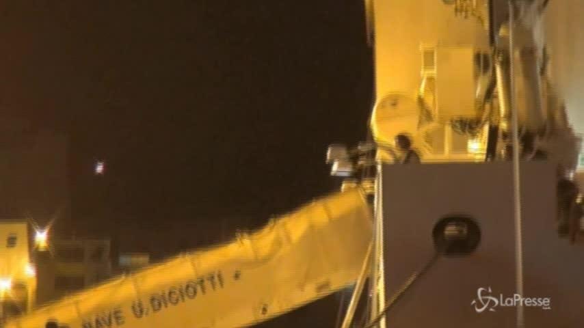 Trapani, le operazioni di sbarco della Diciotti