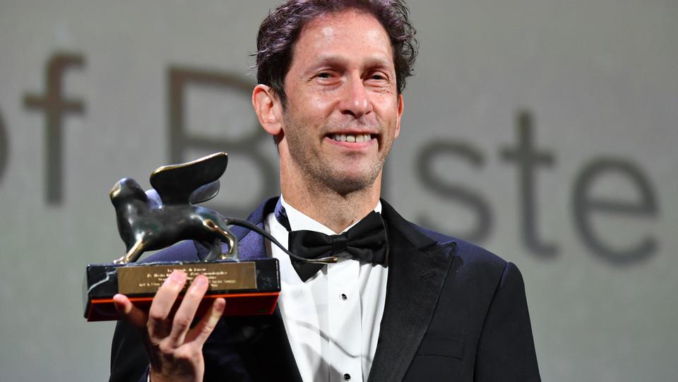 Tim Blake Nelson ritira, per conto di Joel e Ethan Coen, il premio per la miglior sceneggiatura per 'The ballad of buster scruggs' ©