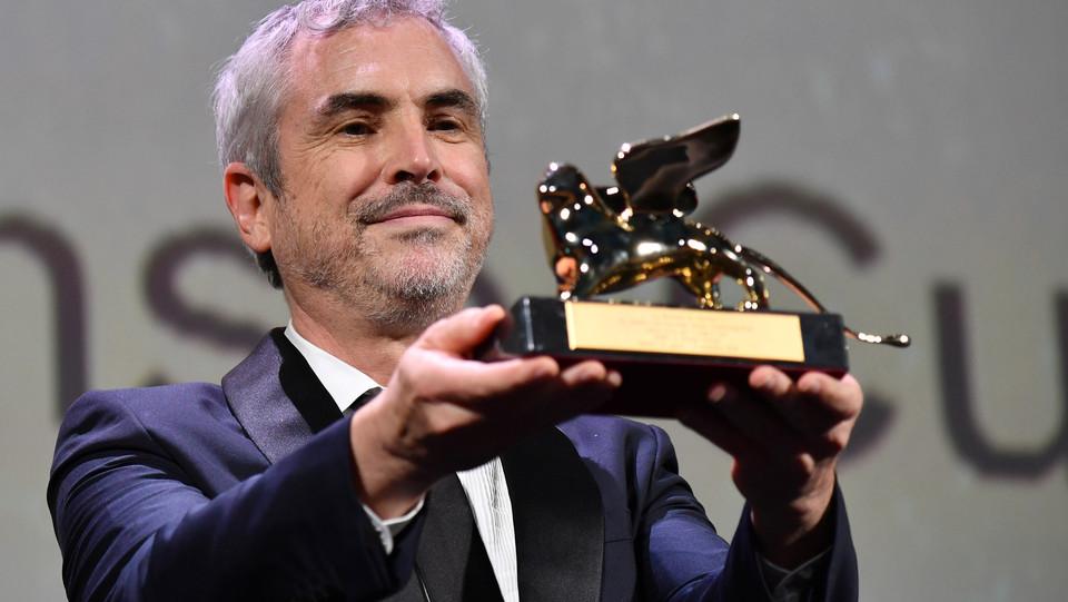 Cuarón mostra il premio ©