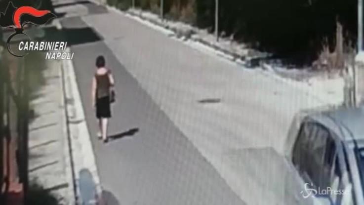 Napoli, scippa donna dall'auto e la fa cadere. Il video