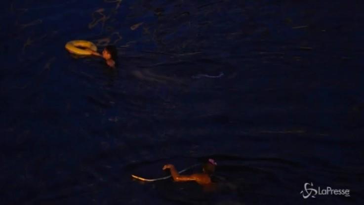 Diciotti, manifestanti cercano di raggiungere la nave a nuoto