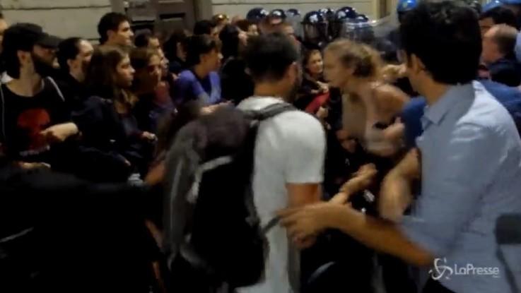 Sgombero in centro a Milano, alta tensione tra giovani e polizia
