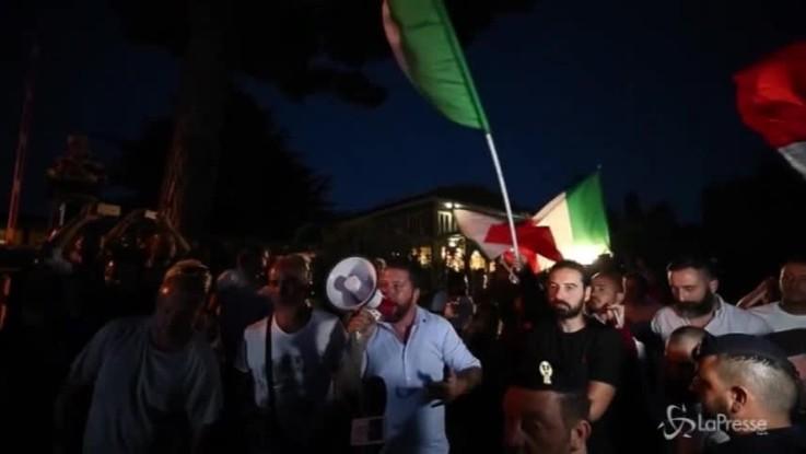 Migranti a Rocca di Papa tra saluti fascisti e magliette rosse