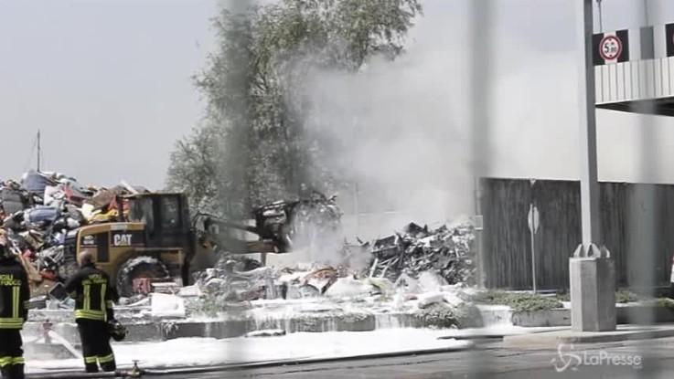 Torino, grande incendio alla discarica di Savonera