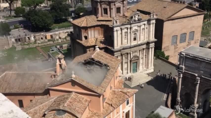 Roma, cede il tetto della chiesa di San Giuseppe dei Falegnami: le immagini subito dopo il crollo