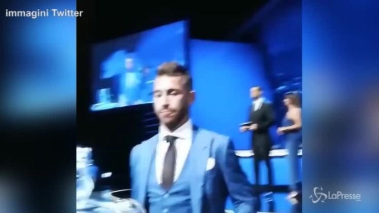 Ramos provoca Salah durante i sorteggi di Champions: la scena è virale