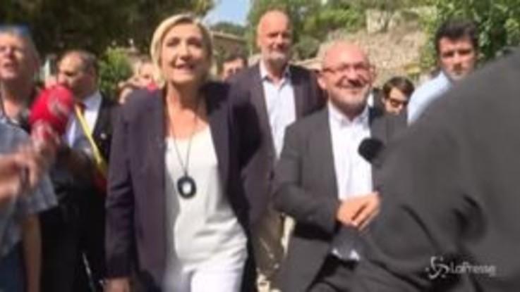 Francia, Marine Le Pen fischiata nel paese che vuole accogliere i migranti