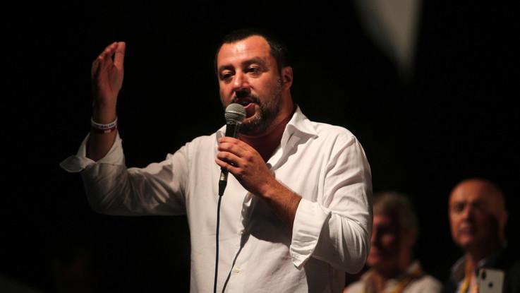 """Migranti, il sopralluogo di Salvini all'Hotel house: """"Servono le ruspe"""""""