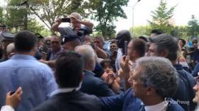 Salvini all'Hotel house: ignora il migrante che prova a parlargli