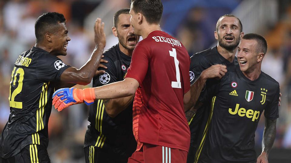 Szczesny para il rigore del possibile 1-2 e viene congratulato dai compagni ©