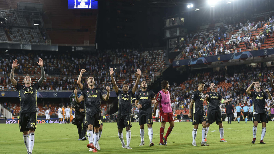 La Juve festeggia la vittoria con i suoi tifosi ©