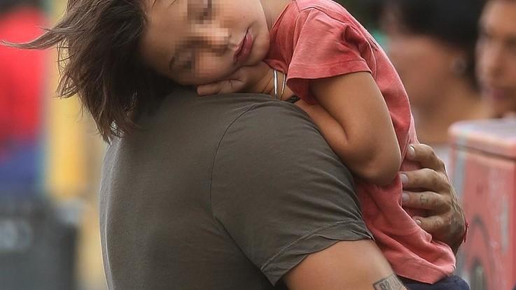 Santiago, che sonno! Come si dorme bene in braccio a papà Stefano De Martino