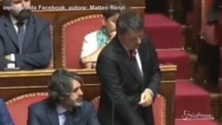 """Renzi-show in Senato: """"Le vostre promesse elettorali sono degne di Scherzi a Parte"""""""