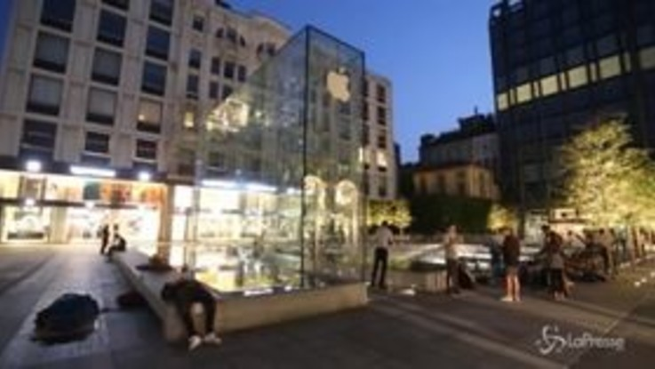 Milano, dalla Russia con amore per l'iPhone Xs: le lunghe file davanti all'Apple Store