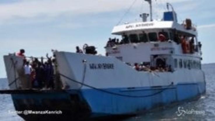 Si ribalta traghetto in Tanzania, si temono centinaia di vittime