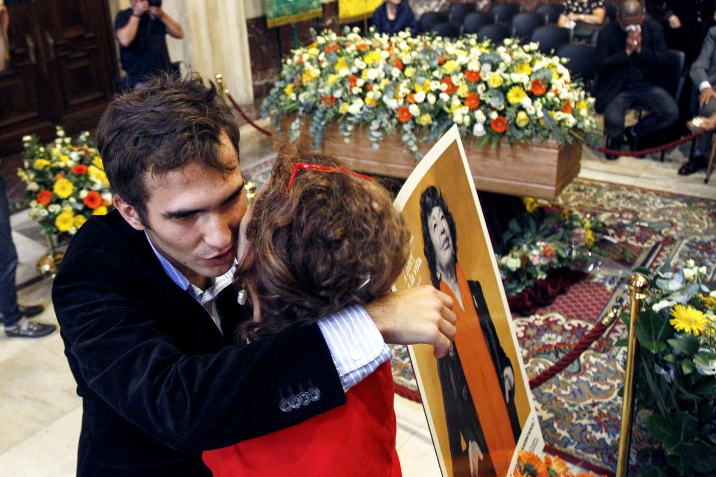 Addio a Inge Feltrinelli, l'omaggio dei milanesi alla camera ardente