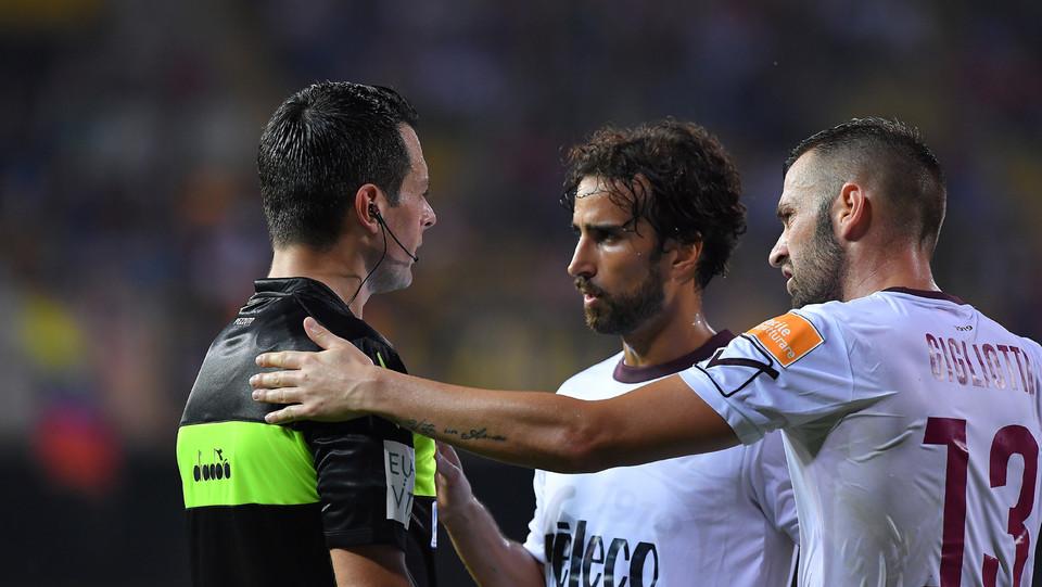 Serie B: Benevento-Salernitana 4-0 - Gigliotti discute con l'arbitro Pezzuto ©