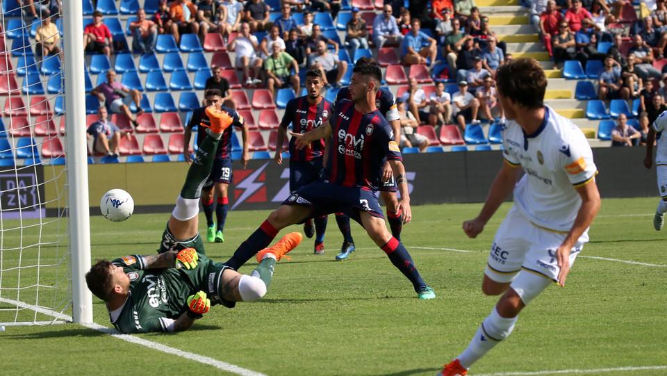 Serie B: Crotone-Verona 1-2 - Henderson non sbaglia davanti a Festa, 0-1 per il Verona ©