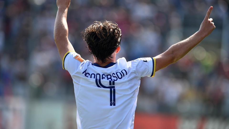 Serie B: Crotone-Verona 1-2 - Henderson esulta dopo il gol ©