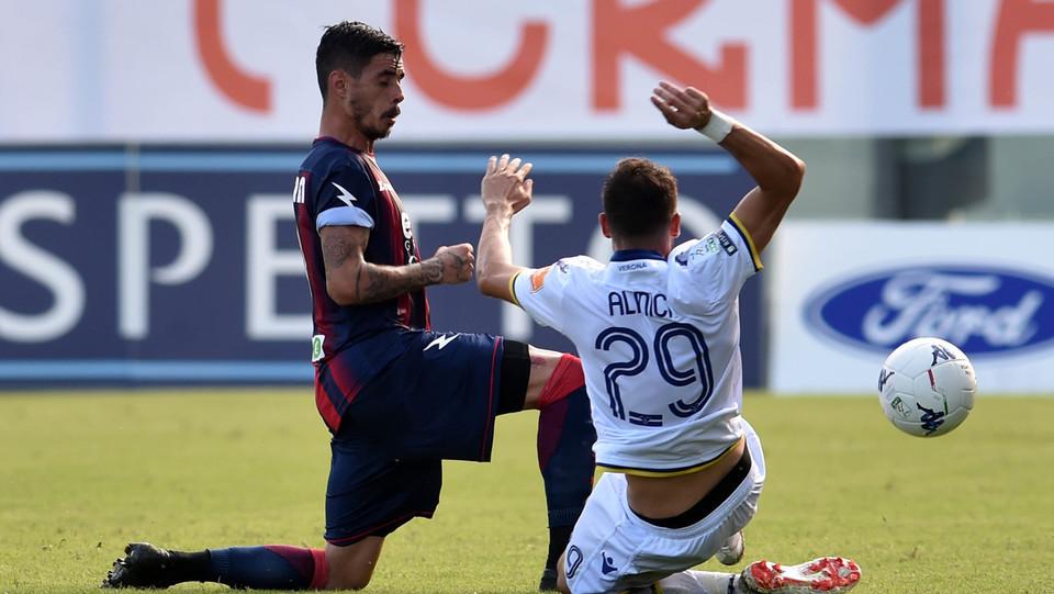 Serie B: Crotone-Verona 1-2 - Brutto fallo su Stoian (Crotone) ©