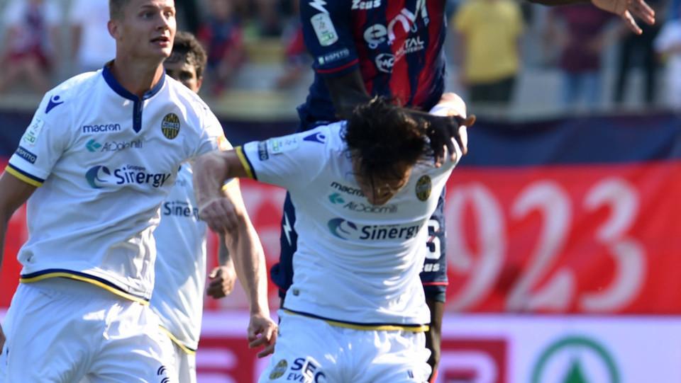 Serie B: Crotone-Verona 1-2 - Azione di Simy (Crotone) ©