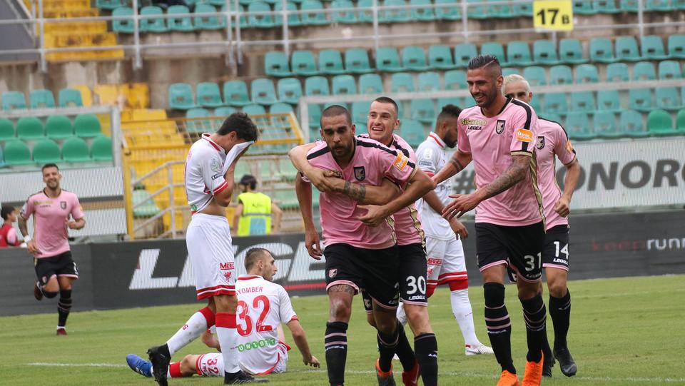 Serie B: Palermo-Perugia 4-1 - Bellusci festeggia dopo il gol ©