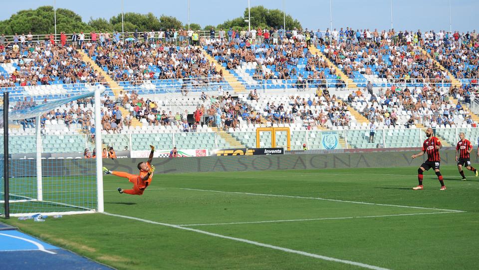 Serie B: Pescara-Foggia 1-0 - Mazzeo sbaglia il rigore per il Foggia, colpisce la traversa ©