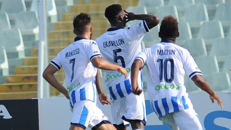 Serie B: Pescara-Foggia 1-0 - Gravillon esulta con i compagni di squadra ©