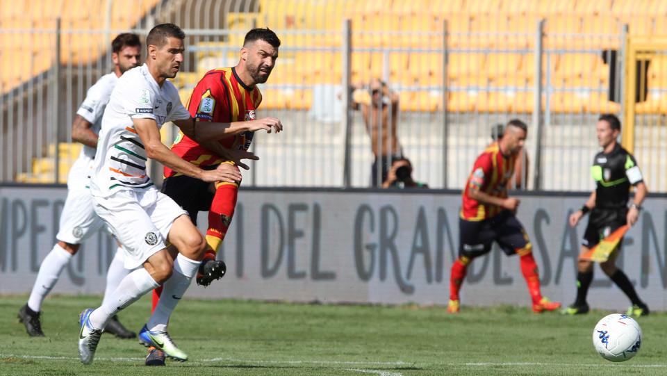 Serie B: Lecce-Venezia 2-1 - Azione di Bovo (Lecce) ©