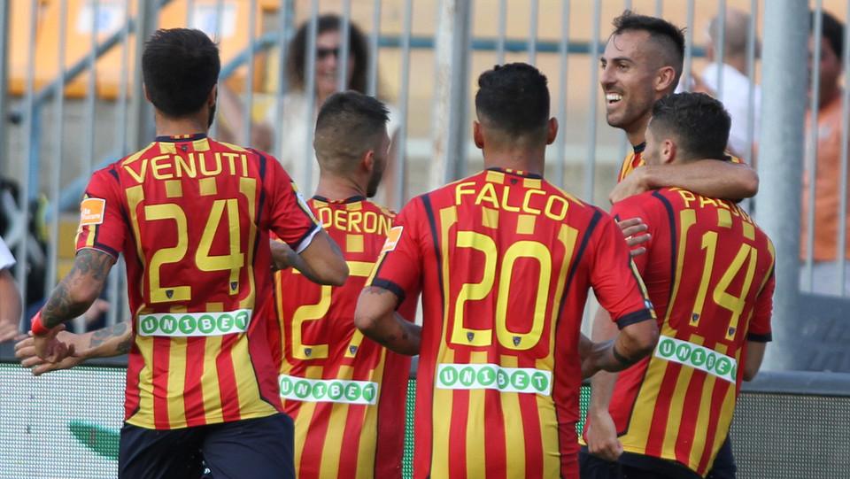 Serie B: Lecce-Venezia 2-1 - La squadra festeggia il gol di Palombi ©
