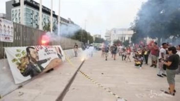 Corteo antirazzista a Milano, striscione contro Salvini e vernice rossa al Pirellone
