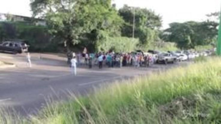 Venezuela: in coda per giorni ai distributori di carburante