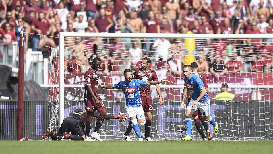 Gol! Magico Insigne segna sotto la traversa dall'area. Napoli in vantaggio ©