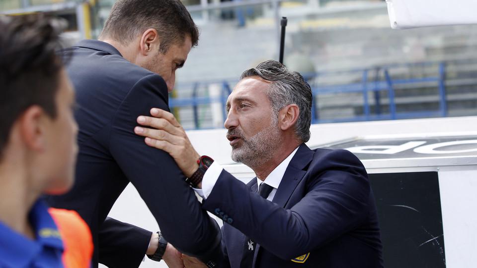 L'argentino abbraccia il mister D'Anna ©