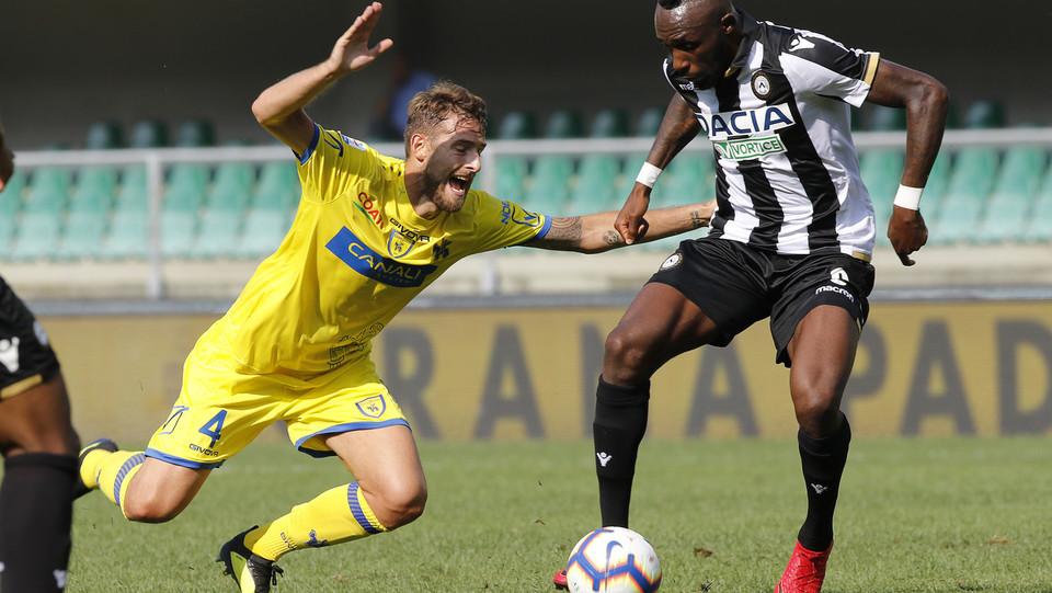 Il centrocampista dell'Udinese contro Rigoni ©