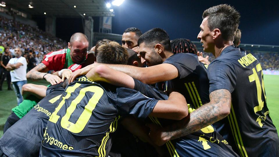 Bernardeschi fa 2-0 ed esulta con tutta la squadra ©