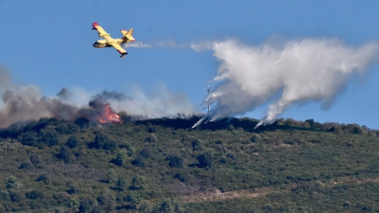 Incendio doloso nel Pisano, 700 evacuati e 600 ettari di bosco danneggiati