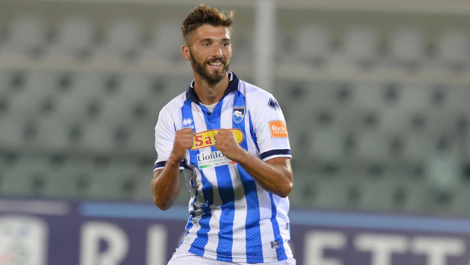 Pescara-Crotone - Mancuso festeggia il primo gol ©
