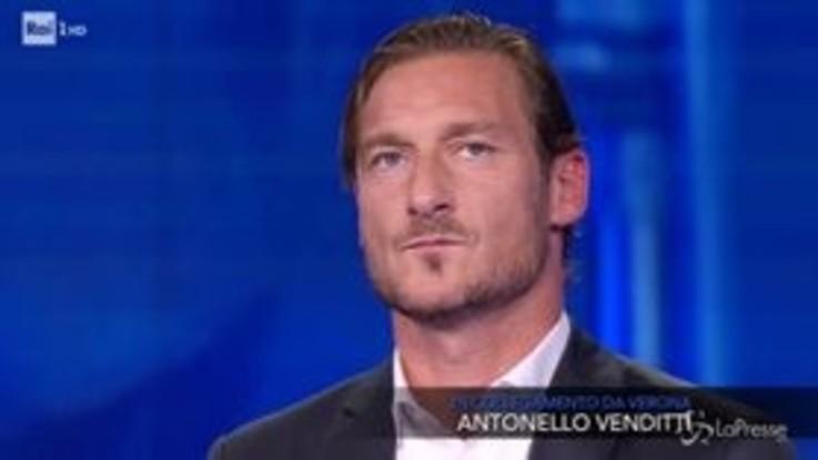 """L'omaggio di Antonello Venditti a Francesco Totti sulle note di """"Giulio Cesare"""""""