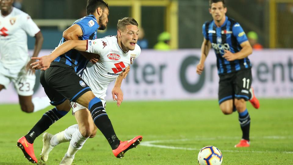 Belotti, capitano del Torino, cerca di prendere possesso della palla ©