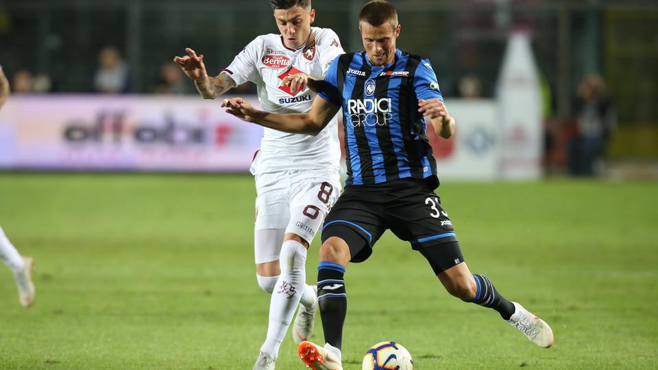 Il centrocampista del Torino Baselli sul difensore dell'Atalanta Hans Hateboer ©