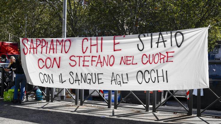 """Cucchi, sit-in davanti al tribunale: """"Sappiamo chi è Stato. Con Stefano nel cuore"""""""