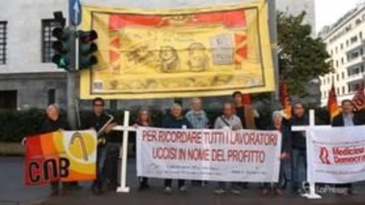 Milano, processo amianto alla Scala: proteste fuori dall'aula