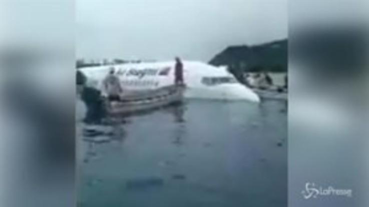Micronesia, miracolo sul Pacifico:  l'aereo atterra sull'oceano, tutti salvi i 50 passeggeri