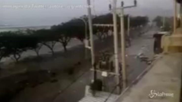 Tsunami in Indonesia, l'acqua travolge e distrugge le abitazioni
