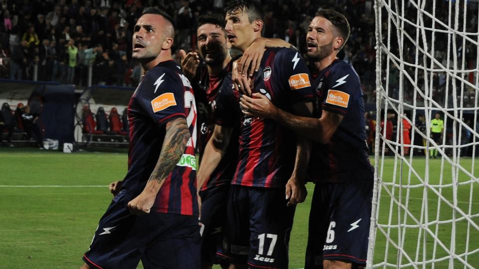 Crotone-Brescia 2-2. Budimir viene festeggiato dai compagni dopo il gol del pari. ©