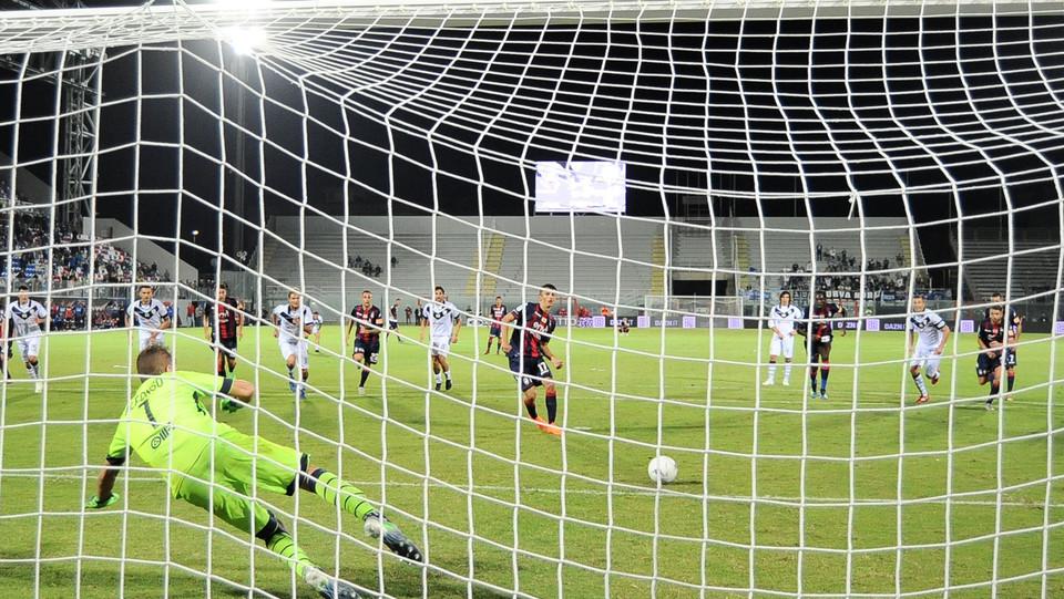 Crotone-Brescia 2-2. L'attaccante dei padroni di casa segna al 96' da rigore ©
