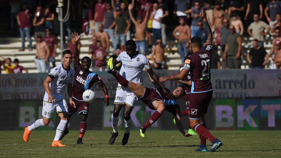 Salernitana-Verona 1-0. Cisse contro Mantovani ©