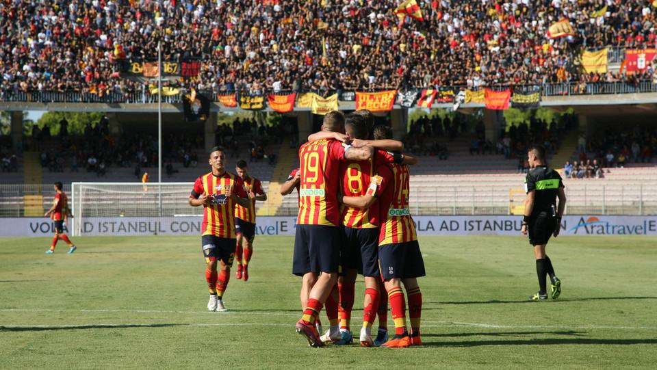 Lecce-Cittadella 1-1. L'esultanza del giocatore con i suoi compagni ©