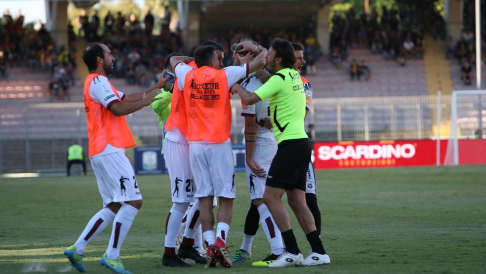 Lecce-Cittadella 1-1. E l'esultanza con i compagni ©
